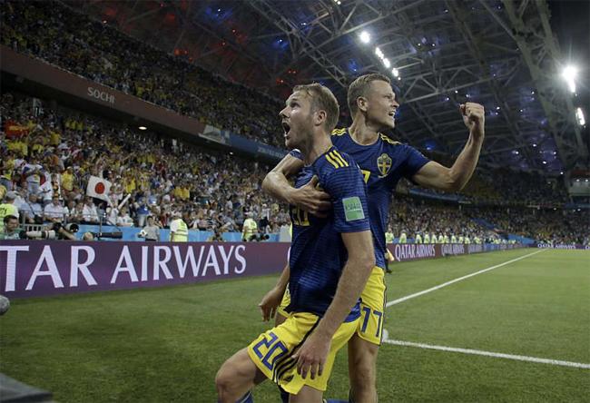 Niềm vui của các cầu thủ Thuỵ Điển khi ghi bàn thắng mở tỷ số. Ảnh: AP