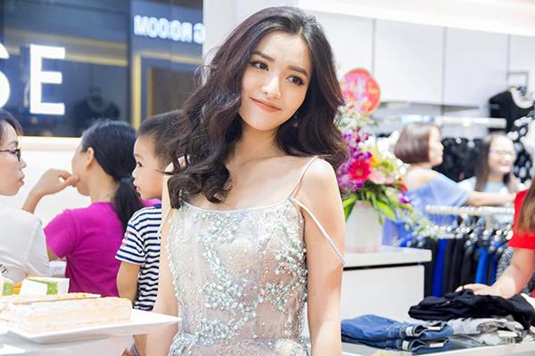Bích Phương khoe thân hình mảnh mai, đẹp quyến rũ với kiểu váy dây trễ vai hững hờ.