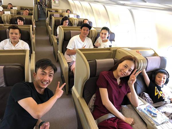 Cường Đô La và bạn gái Đàm Thu Trang đưa Subeo đi du lịch mừng con trai tròn 8 tuổi. Cả ba cười tươi rạng rỡ, Đàm Thu Trang còn ngồi cạnh Subeo để dễ dàng trò chuyện, chăm sóc.