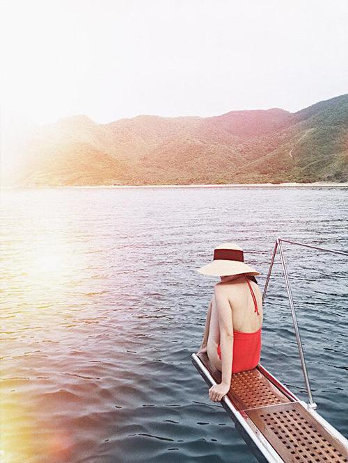 Tăng Thanh Hà khoe lưng nõn nà khi mặc áo tắm hở lưng. Cô đang có chuyến du lịch Nha Trang với gia đình và các con.