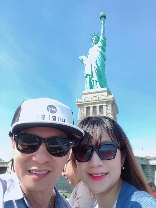 Vợ chồng Lý Hải Minh Hà tiếp tục chuyến hành trình du lịch Mỹ. Đôi vợ chồng cùng gia đình tới thăm tượng Nữ thần tự do.