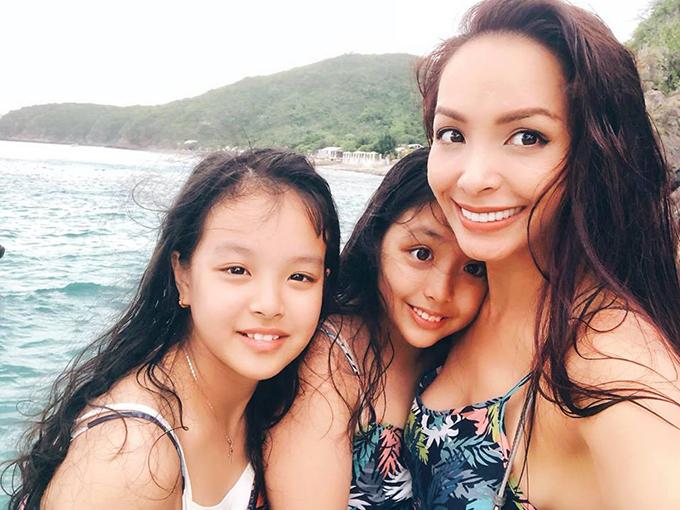 Hai con gái ngày càng lớn, ra dáng thiếu nữ, khiến Thuý Hạnh như đang chụp cùng hai cô em gái.