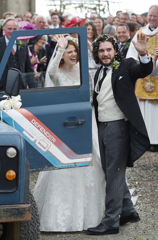 Chú rể và cô dâu lên xe rời nhà thờ trong tiếng nhạc truyền thống củaAberdeenshire, Scotland.