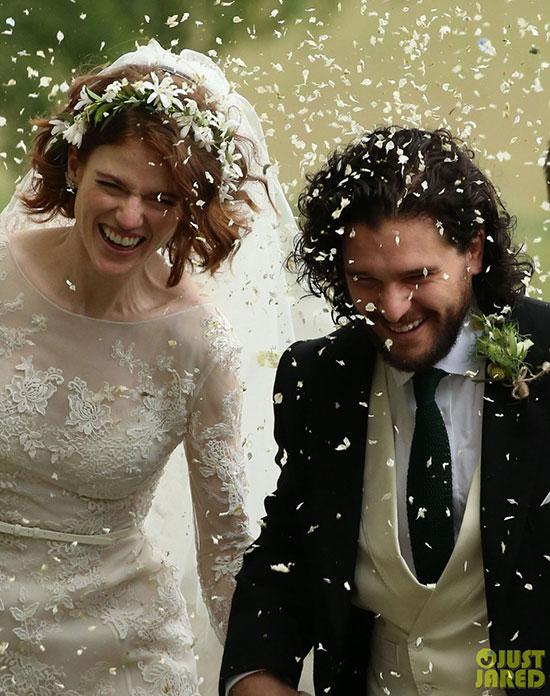 Cặp sao kết hôn sau bao năm gắn bó trên trường quay Game of Thrones. Kit Harington và Rose Leslie say nắng nhau khi đóng cặp tình nhânJon Snow vàYgritte trong phim từ năm 2012. Trải qua các mùa phim, tình yêu giữa họ cứ thếlớn dần lênvà đếntháng 9 năm ngoái, Kit đã quỳ gối cầu hôn Rose.