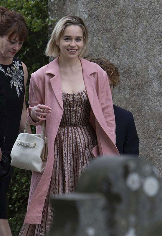 Mẹ rồngEmilia Clarke đến dự đám cưới của đôi bạn đồng nghiệp.