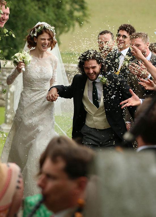 Cô dâu và chú rểKit Haringtontay nắm chặt tay bước ra sau buổi lễ trong sự chúc mừng nồng nhiệt của mọi người.
