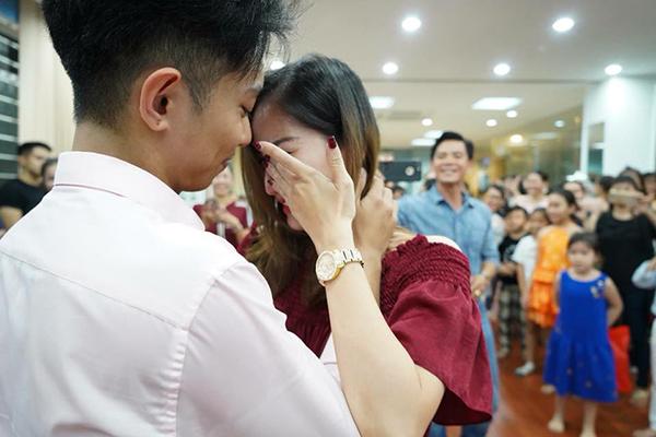 Phan Hiển chia sẻ hình ảnh bà xã Khánh Thi bật khóc trong tiệc sinh nhật của mình. Kèm theo đó là dòng nhận xét: Em vẫn mít ướt như thế& Ai cũng nói em mạnh mẽ nghị lực nhưng thật sự em ngược lại hoàn toàn nhũng gì người ta nói.