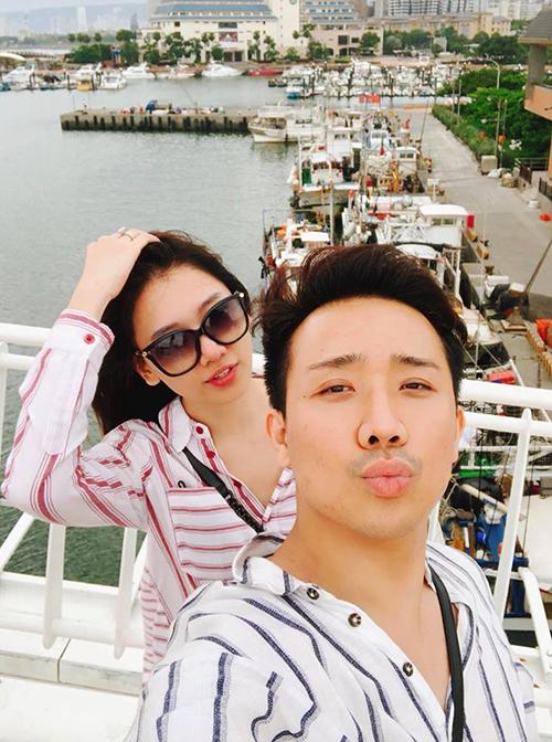 Trấn Thành chu môi tạo dáng khi chụp ảnh selfie cùng bà xã Hari Won.