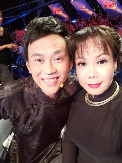 Việt Hương và Hoài Linh mặc đồ đôi, cùng nhau tạo dáng sống ảo trong show truyền hình nổi tiếng Người bí ẩn.