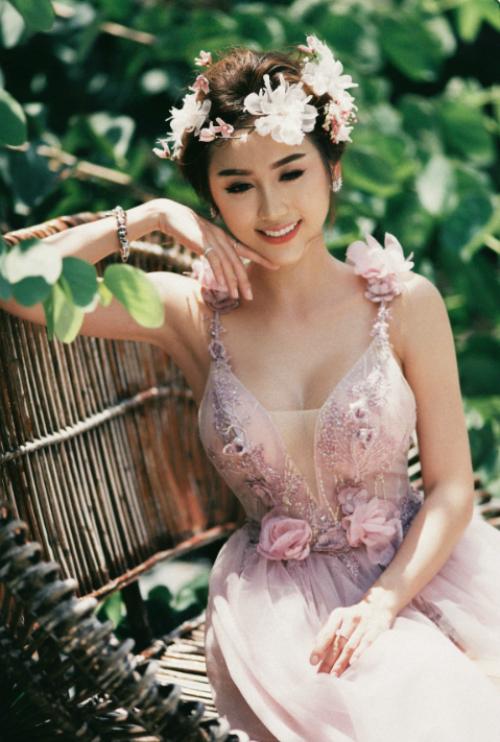 Để diện mạo thêm phần yêu kiều, cô dâu có thể sử dụng bờm hoa to bản phối cùng váy có họa tiết hoa ở cầu vai, thắt lưng.