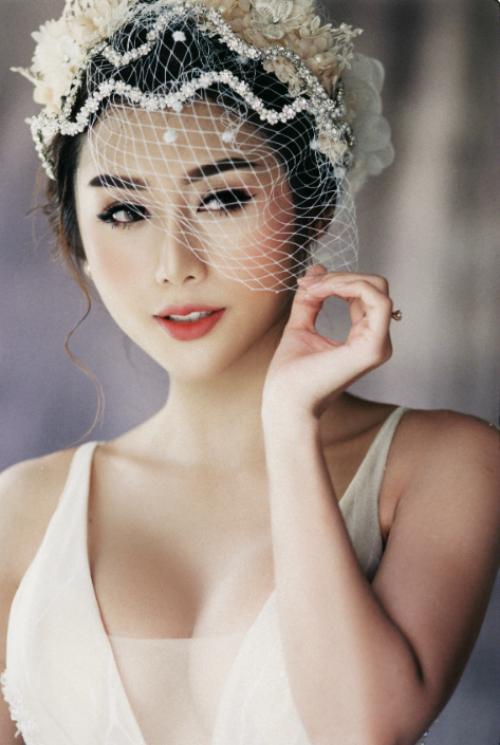 Đường kẻ eyeliner sắc nét ở viền mi trên, dưới và làn mi cong vút giúp đôi mắt trở thành điểm nhấn cuốn hút trên gương mặt.