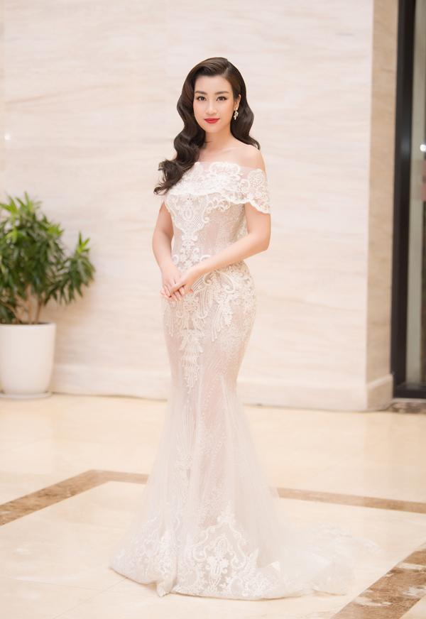 Hoa hậu Đỗ Mỹ Linh cũng ghi điểm tuyệt đối cùng chiếc váy đuôi cá trễ vai yêu kiều.