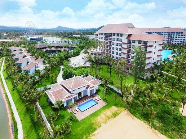Du khách có thể nghỉ dưỡng và thưởng thức các trận bóng cùng gia đình tại một số resort Vinpearl. Vinpearl Phú Quốc Resort & Spa mang đậm kiến trúc Á Đông với mái ngói đỏ với giá từ 2,7 triệu đồng đến 24,96 triệu đồng.