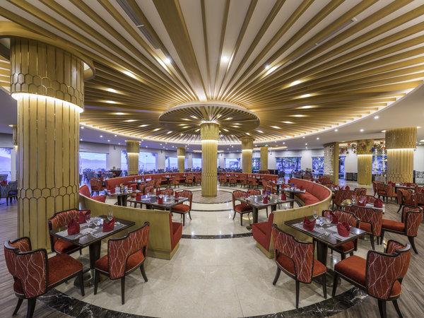 Nhà hàng miễn phí đồ ăn nhẹ, ưu đãi đồ uống lên tới 50%. Ngoài ra, du khách có thể tham gia dự đoán tỷ số và có cơ hội nhận nhiều phần quà hấp dẫn.