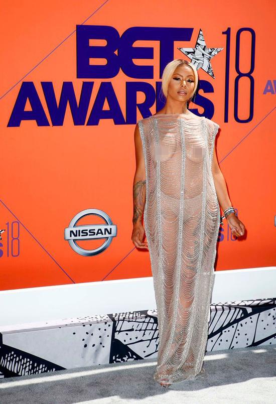 Ngôi sao truyền hình thực tế Alexis Skyy cũng gây sốc không kém với váy xuyên thấu mà không dùng miếng dán che ngực.