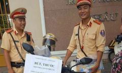 Cảnh sát giao thông tặng bút, thước cho sĩ tử