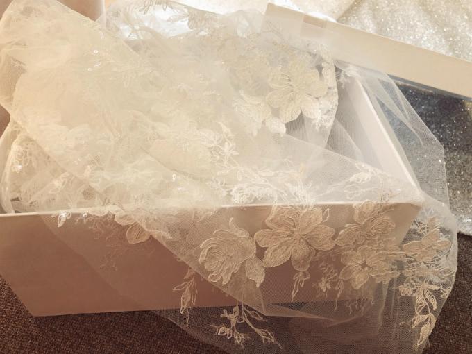 Hoa văn trên khăn voan đồng điệu cùng tổng thể chiếc váy.