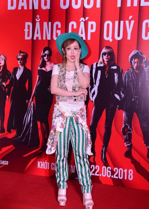 MC Việt Nga vẫn duy trì gu mix đồ một mình một kiểu tại buổi công chiếu phim Oceans 8.