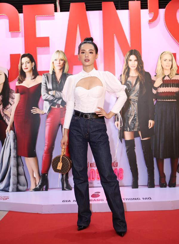 Sơ mi tay phồng và quần jeans rộng tạo nên tổng thể lùng bùng, làm mất vẻ hấp dẫn thường thấy của Khánh Linh The Face.