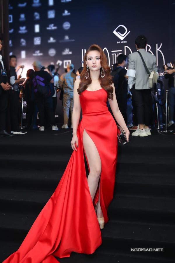 Ca sĩ Thu Thuỷ gợi cảm với thiết kế váy xẻ cao kèm vạt dài màuđỏ rực rỡ.