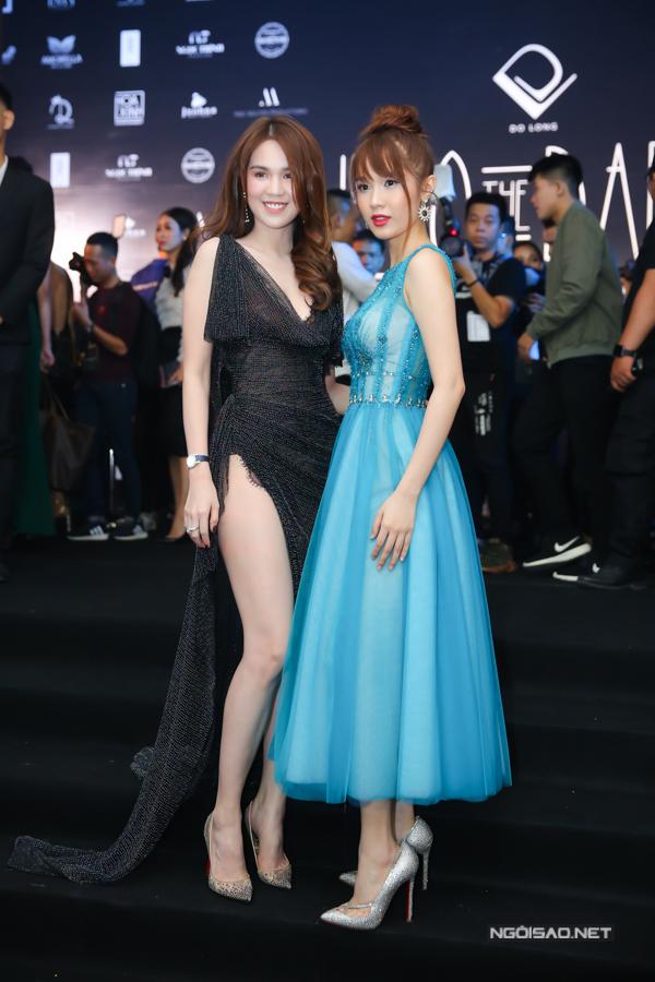 Tối 24/6, các ngôi sao nổi tiếng của làng giải trí Việt đã cùng góp mặt trên thảm đỏ của show diễn Into The Dark tổ chức tại Nhà thi đấu Quân khu 7..