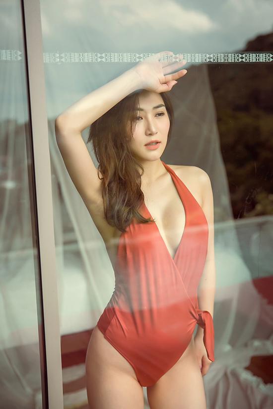Trong chuyến đi du lịch Thái Lan mừng sinh nhật cùng bạn bè, Hương Tràm đã thực hiện bộ ảnh bikini để đánh dấu bước sang tuổi mới.