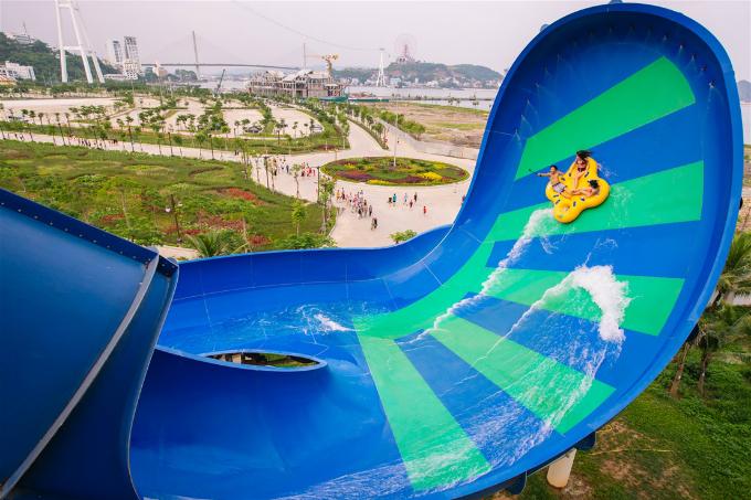 Typhoon Water Park là công viên nước hiện đại bậc nhất Đông Nam Á trong quần thể vui chơi giải trí đẳng cấp quốc tế Sun World Halong Complex, hội tụ 12 trò chơi dưới nước độc đáo, mới lạ hàng đầu thế giới. Trải rộng trên diện tích gần 20 ha, thiết kế Typhoon Water Park (Công viên nước Vịnh lốc xoáy) lấy cảm hứng từ mô hình các công viên nước hàng đầu thế giới như Typhoon Lagoon (Mỹ).