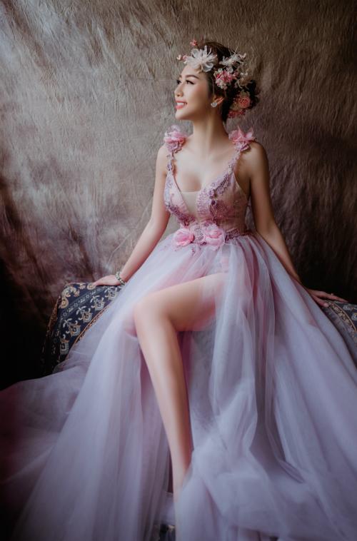 Cùng mái tóc búi thấp, phong cách này hợp với cô dâu yêu thích sự trẻ trung, lãng mạn.