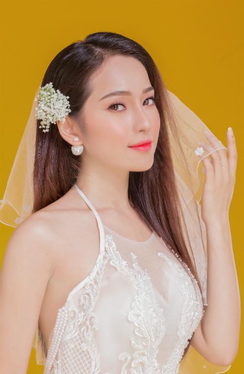 Cô dâu được đánh phấn má tông cam đàovà son môi hồng cam. Xu hướng makeup với gam màu cam đào giúp nàng long lanh hơn mà gương mặt vẫn trong trẻo, tự nhiên.