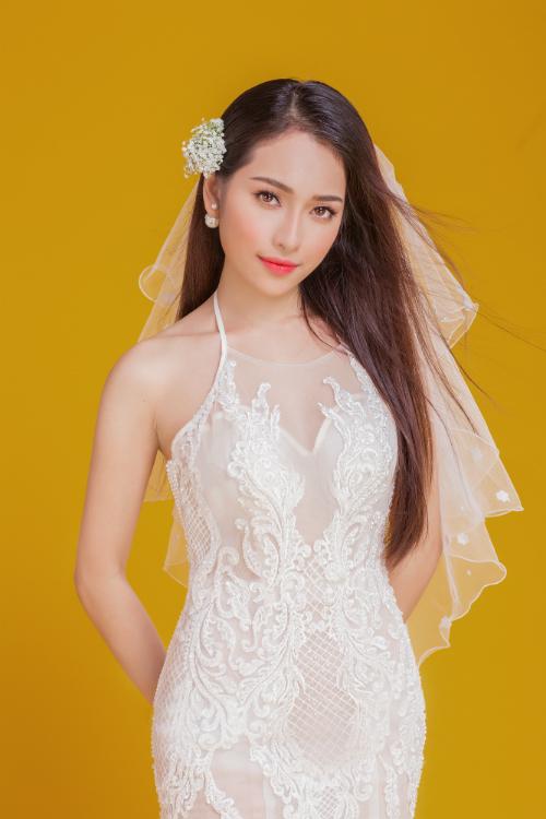 Hoa sao màu trắng được cài lên mái tóc tạo sự dịu dàng, nhẹ nhàng cho diện mạo cô dâu.