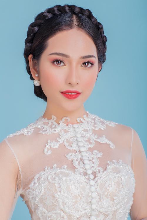 Cùng với mái tóc tết vòng tròn, phong cách làm đẹp này rất hợp với chiếc váy cưới phong cách cổ điển, áo dài truyền thống.