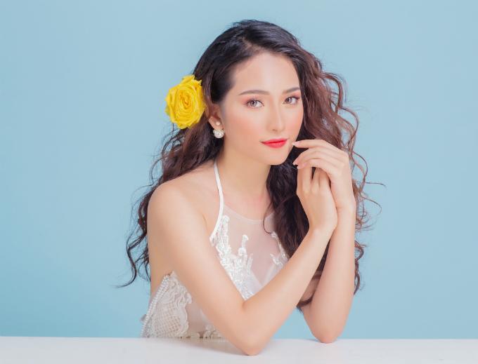 Bộ ảnh được thực hiện với sự hỗ trợ của người mẫu Sara Lưu, trang điểm và làm tóc Phi Toàn.