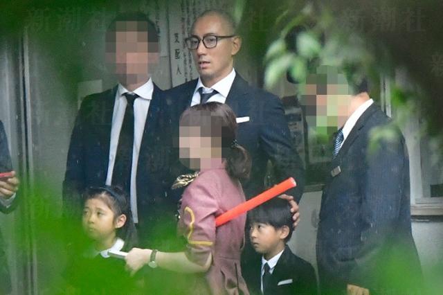 Ichikawa Ebizo và hai con trong ngày giỗ đầu vợ.
