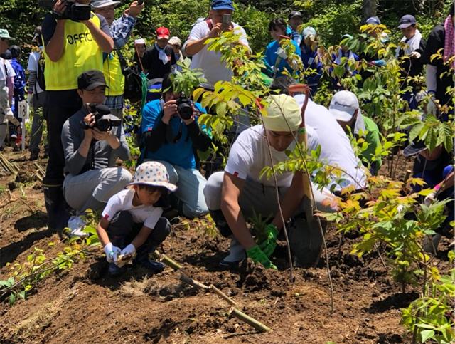 Ichikawa Ebizo cùng con tham gia hoạt động trồng cây.