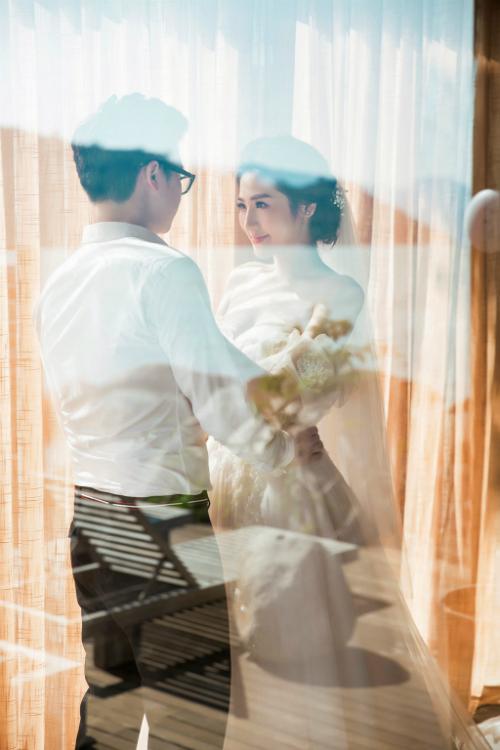 Ngày 21/7 tới đây, Á hậu Việt Nam 2012 sẽ chính thức theo chồng bỏ cuộc chơi. Thông tin này được người đẹp chia sẻ cùng với những bức ảnh cưới chụp tại biển Nha Trang. Bộ ảnh do nhiếp ảnh gia Lê Thiện Viễn thực hiện.