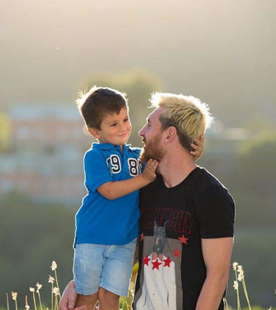 Cậu cả Thiago (sinh năm 2012) tình cảm với bố.