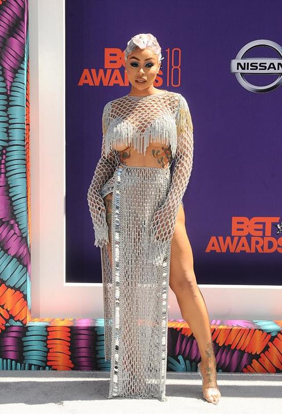 Tối chủ nhật, 24/6, Blac Chyna tham dự sự kiện BET Awards ở Los Angeles - lễ trao giải thường niên vinh danh các ngôi sao da màu ở lĩnh vực giải trí và thể thao. Người đẹp 30 tuổi khoe dáng trong bộ váy lưới xuyên thấu.