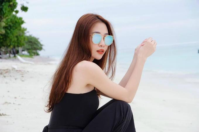 Đàm Thu Trang tạo dáng cá tính khi du lịch ở biển.