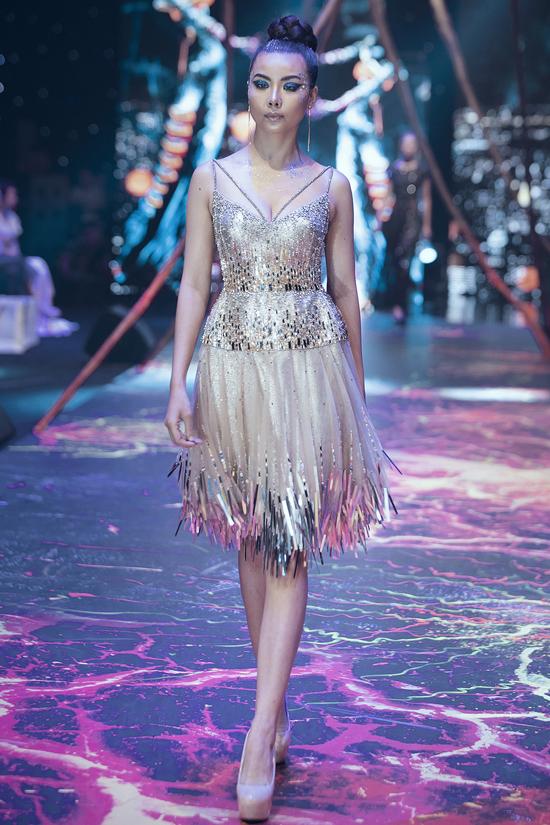 Váy dạ hội đính kết cầu kỳ trong show Đỗ Long - 2