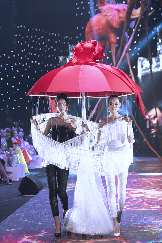 Váy dạ hội đính kết cầu kỳ trong show Đỗ Long