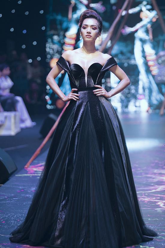 Váy dạ hội đính kết cầu kỳ trong show Đỗ Long - 5