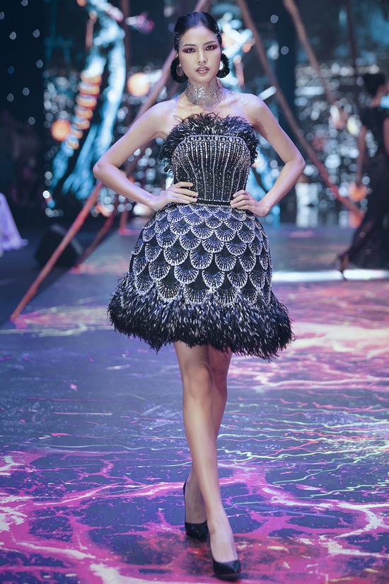 Váy dạ hội đính kết cầu kỳ trong show Đỗ Long - 6