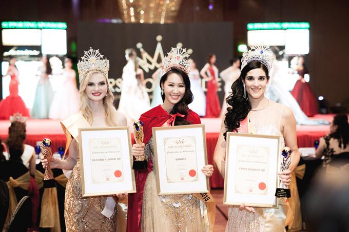 Tân Hoa hậu bên hai Á hậu người Nga và Nam Phi.
