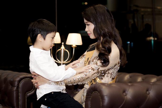 Sau mỗi phần thi, Dương Thùy Linh luôn tranh thủ ra hậu trường để ôm ấp và trò chuyện với con trai.