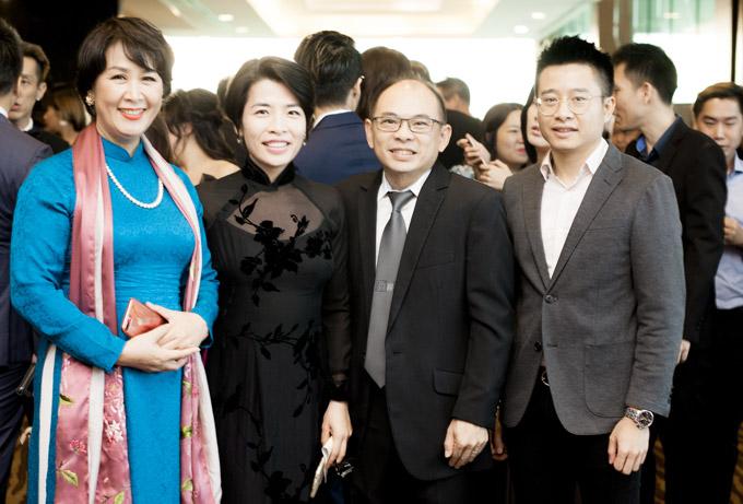 Một số người bạn của Dương Thùy Linh sinh sống tại Singapore cũng đến ủng hộ cho cô trong đêm chung kết tối qua.