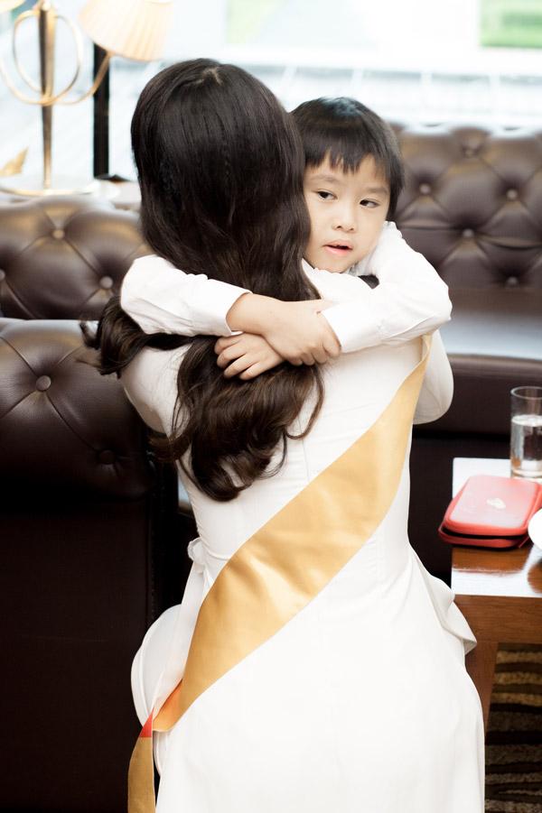 Bé Tót ôm chầm lấy mẹ sau vài xa cách. Cậu nhóc khen mẹ xinh nhất, giỏi nhất và chúc mẹ giành được vương miện trước giờ thi.
