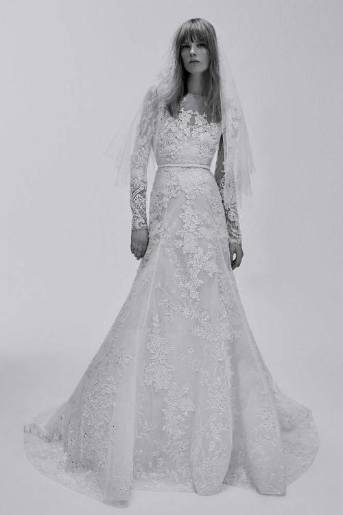 Chiếc váy màu trắng ngà này thuộc bộ sưu tập váy cưới xuân hè 2017 của Elie Saab. Leslie đã sử dụng nguyên bản thiết kế từ váy đến thắt lưng. Tuy nhiên, cô kết hợp cùng khăn voan công nương dài thướt tha thay vì voan ngắn như trong bộ sưu tập.