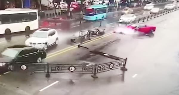 Đường phố hỗn loạn sau tai nạn liên hoàn. Ảnh cắt từ video.