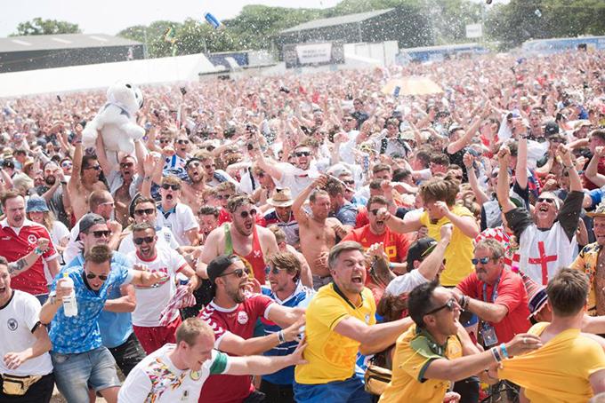 Các fan mừng chiến thắng của đội tuyển Anh. Trận đấu giữa tuyển Anh và Bỉ vào rạngsáng ngày 29/6 tới sẽ quyết định đội nào giành ngôi đầu ở bảng G.