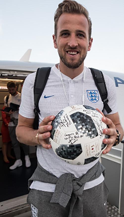 Harry Kane lập hattrick trong trận đấu. Anh mang trái bóng có chữ ký của toàn đội về làm kỷ niệm.